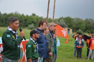 Der Präsident der kasachischen Pfadfinder eröffnet das Zeltlager bei Astana